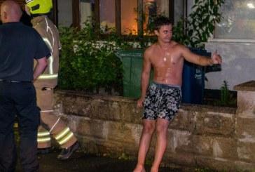 Românul devenit erou în Marea Britanie după ce a intrat desculț și dezbrăcat într-o clădire în flăcări ca să-și salveze vecinul