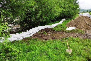 Pericol de inundații în Maramureș: Diguri cu saci de nisip construite pe Valea Vișeului