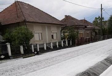Dezastru la Ulmeni în urma unei furtuni: Grindina a afectat căminul cultural și zeci de hectare de teren