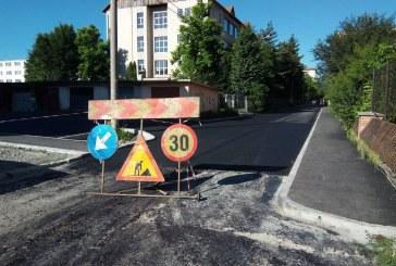 Continuă asfaltarea străzilor în Baia Mare