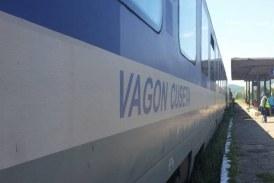 În Maramureș: Autoturism acroșat de un tren regio