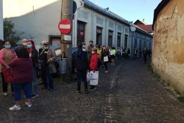 Nu s-a schimbat nimic la Serviciul de buletine din Baia Mare: Zeci de persoane așteaptă în stradă