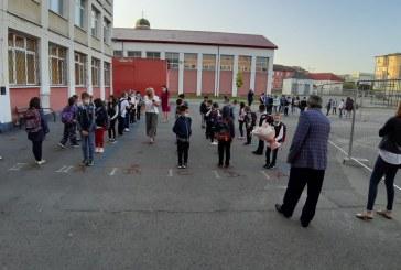 Baia Mare: Prima zi de școală. Elevii au pășit timizi în incinta unităților de învățământ. Dascălii i-au întâmpinat și le-au explicat noile reguli
