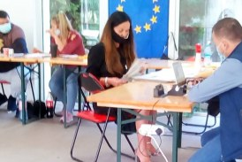 UPDATE: Finteușu Mic, locul unde intră câte două persoane în cabina de vot, cu acceptul președintei secției de votare