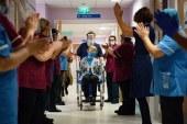 Imaginea zilei: Margaret Keenan, care are 90 de ani, este aplaudată după ce a devenit prima persoană din UK care s-a vaccinat împotriva Covid-19