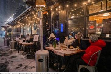 Imaginea zilei: prima zapadă căzută în New York City nu i-a alungat pe newyorkezi de la terasele restaurantelor