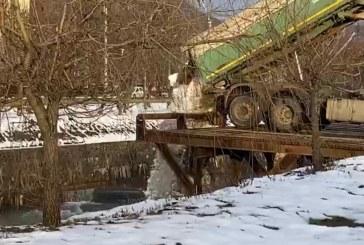 Tone de zăpadă strânsă din Baia Mare aruncată direct în râul Săsar