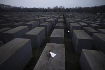 """Imaginea zilei: trandafiri și un mesaj pe care scrie """"#weremember"""" la memorialul Holocaustului din Berlin"""