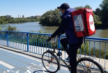 Aplicaţiile de livrare de mâncare ar putea fi obligate să le facă carte de muncă curierilor în Spania