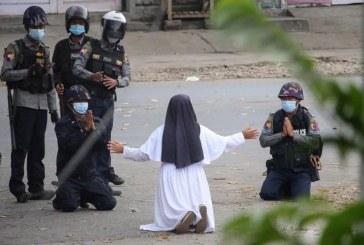 Imaginea zilei: O călugăriță se roagă de militarii din Myanmar sa nu tragă în protestatari