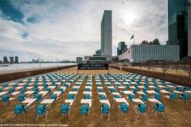 Imaginea zilei: 168 de bănci goale, 168 de ghiozdane nefolosite. UNICEF semnalează că 168 de milioane de elevi nu au mers deloc la școală aproape un an