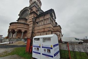 Containere speciale pentru colectarea de îmbrăcăminte și încălțăminte, amplasate la mai multe parohii ortodoxe din Baia Mare