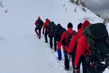 IARNA LUNGĂ – Provizii duse prin zăpadă de un metru pentru meteorologii de la stația meteo Iezer