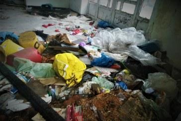 RUȘINE – Clădirea fostului hotel-restaurant Minerul, plină de gunoaie (FOTO)