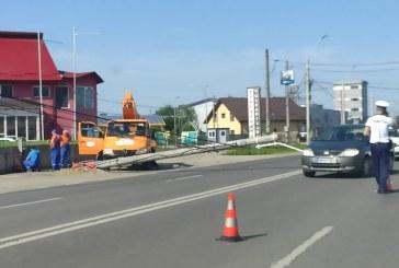 Stâlp doborât de o mașină. Trafic blocat la prima oră, pe bulevardul Independenței (FOTO)