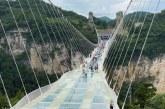 VIDEO – Turiştii chinezi au la dispoziţie cea mai înaltă platformă de bungee jumping din lume