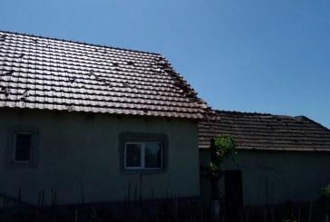 URMĂRI FURTUNĂ – Acoperișuri distruse de gheață la Handalul Ilbei