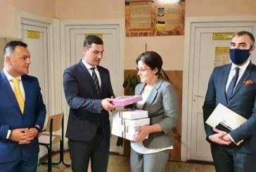 Consiliul Județean Maramureș a oferit elevilor din Solotvino 10 tablete grafice și 4 exemplare din Dicționaru Limbii Române