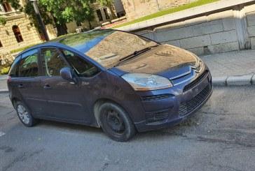 NU O VEDE NIMENI – Mașină parcată pe stradă pietonală de 2 luni