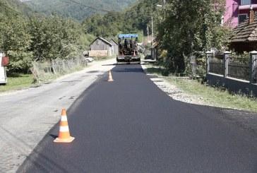 Lucrările de asfaltare pe drumul către Luhei – Poienile de Sub Munte sunt în linie dreaptă