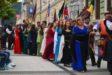 Festival medieval în Sighetu Marmației: Paradă cu cavaleri, domnițe, menestreli și scutieri