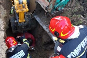 COȘTIUI – Bărbat prins sub pământ în timp ce lucra la rețeaua de canalizare (FOTO)