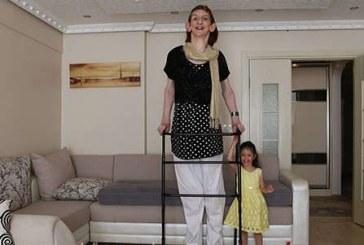 Cea mai înaltă femeie din lume este din Turcia şi are peste 2,15 metri