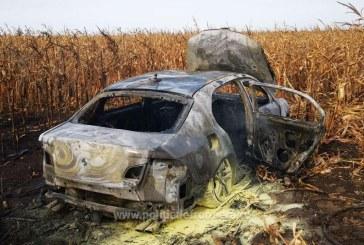 FOCURI DE ARMĂ – Și-a incendiat mașina plină cu țigări ca să scape de polițiști (VIDEO)